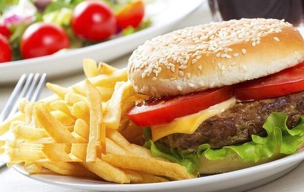 خوردن همبرگر چقدر کالری به بدن اضافه میکند؟