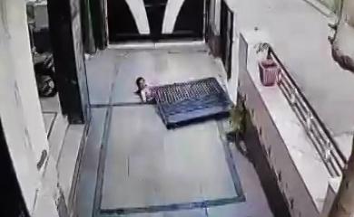 سقوط درب سنگین آهنی روی یک دختربچه + فیلم