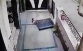 باشگاه خبرنگاران -سقوط درب سنگین آهنی روی یک دختربچه + فیلم
