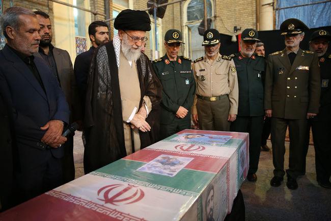 حضور رهبر انقلاب در کنار پیکر مطهر شهید حججی