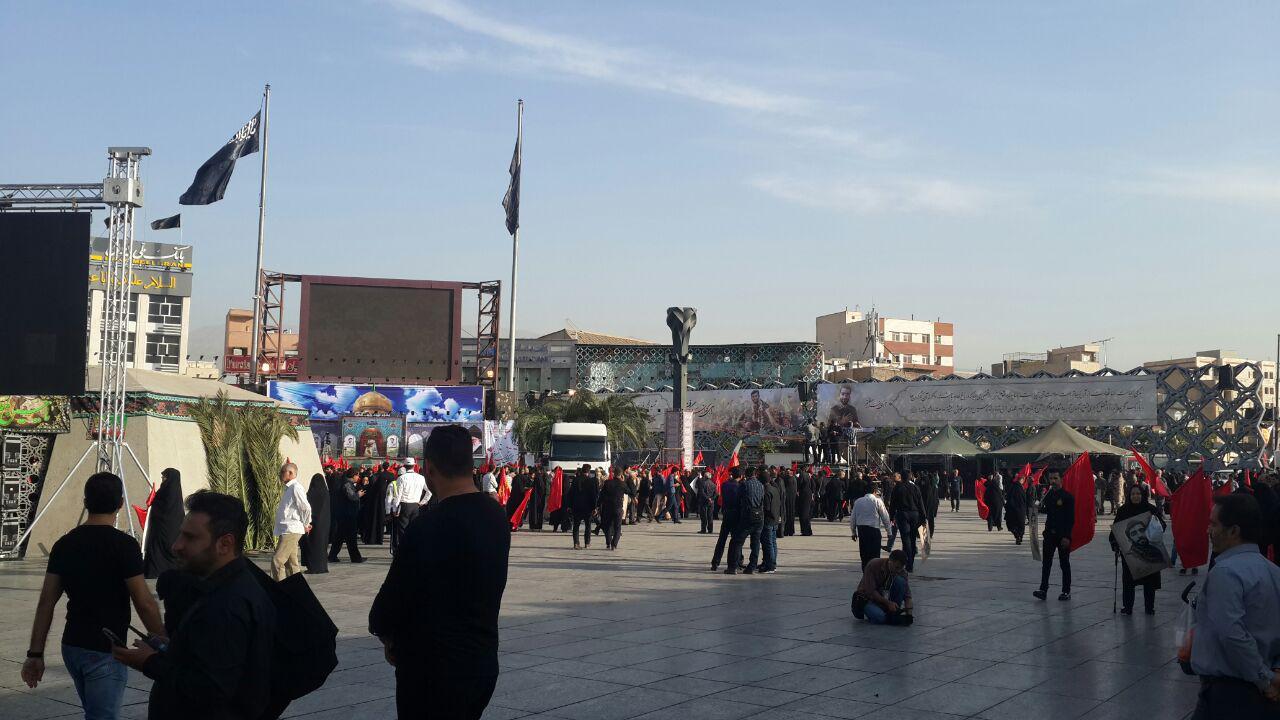 حال و هوای میدان امام حسین(ع) دقایقی قبل از شروع مراسم تشییع + فیلم