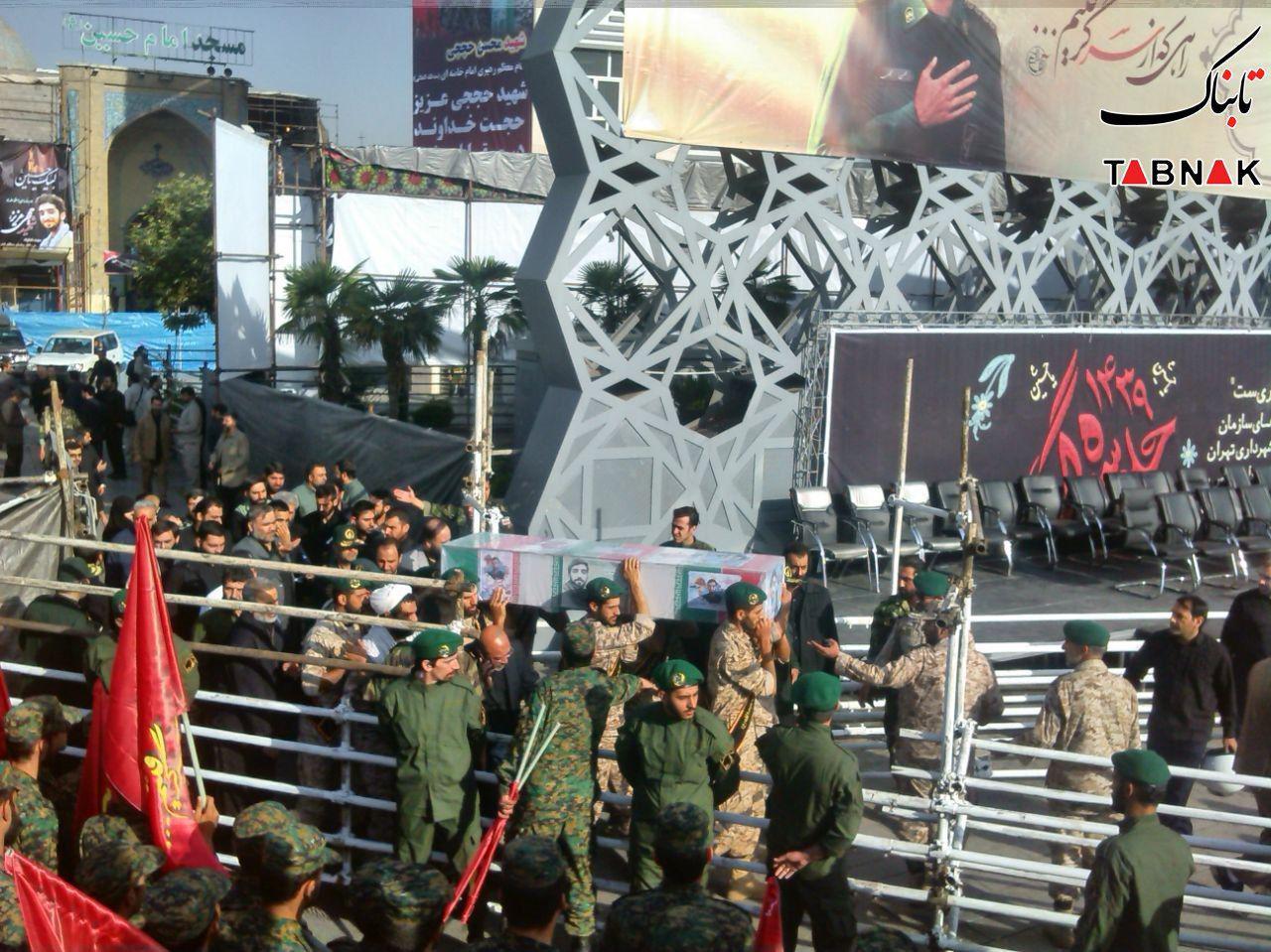 استقبال پرشور مردم از پیکر شهید حججی در میدان امام حسین