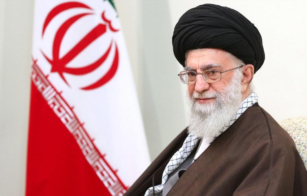 بوسه رهبر انقلاب بر تابوت شهید محسن حججی + عکس