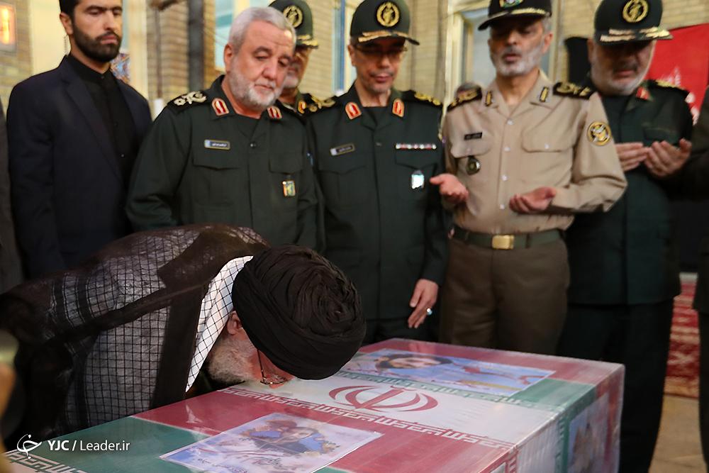 بوسه امام بر تابوت شهید حججی