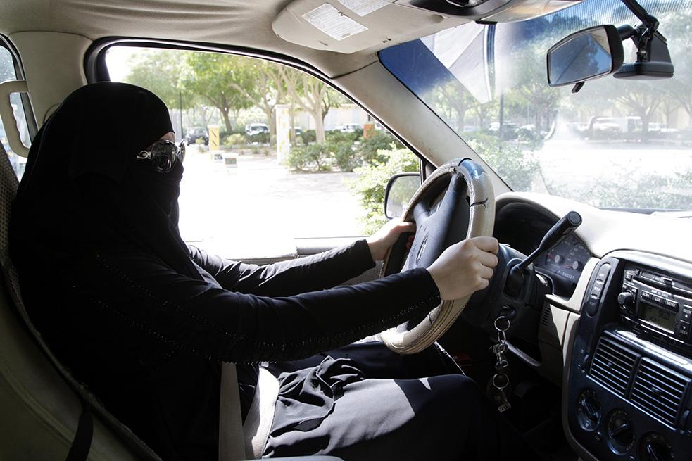 رویترز: ملک سلمان با دستورش برای اجازه دادن به رانندگی زنان، سنت محافظهکارانه سرکوب زنان را شکست