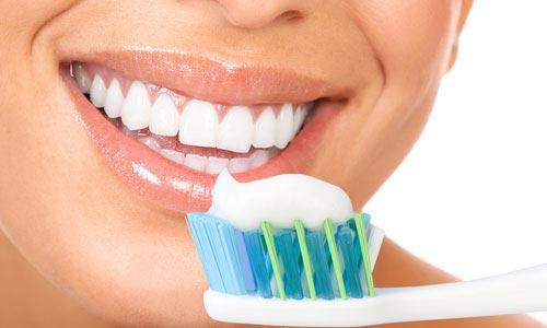 1-در استارت آپی عجیب؛ خمیر دندان حاوی خرده شیشه ساخته شد2-تمیز کردن دندانها با خمیر دندان حاوی خردههای شیشه3-خمیر دندانی با تکه های کریستال