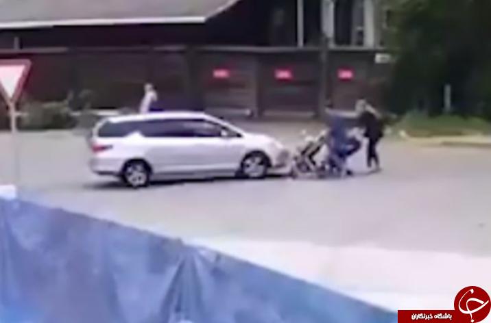 لحظه وحشتناک تصادف یک راننده بی احتیاط با کالسکه دو کودک + فیلم