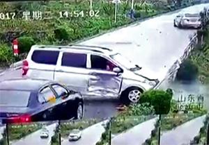مرگ موتورسوار بر اثر تصادف شدید با ون + فیلم