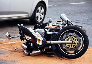 له شدن موتور و موتورسوار پس از برخورد شدید با یک خودرو + فیلم