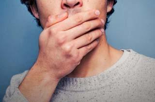6838257 341 - دلیل بوی بد دهان چیست و چگونه آنرا درمان کنیم؟