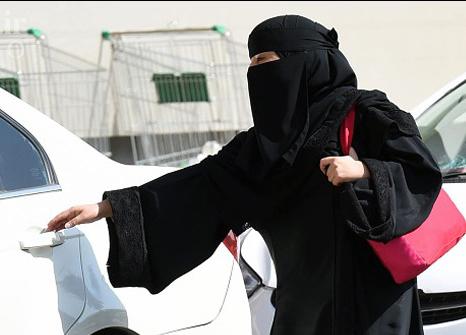 تهدید عجیب جوان سعودی برای زنان تازه کار در رانندگی+فیلم