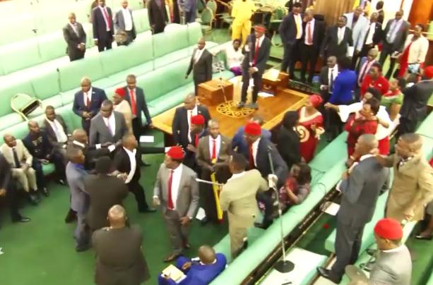 زد و خورد شدید بین نمایندگان در یک پارلمان+فیلم