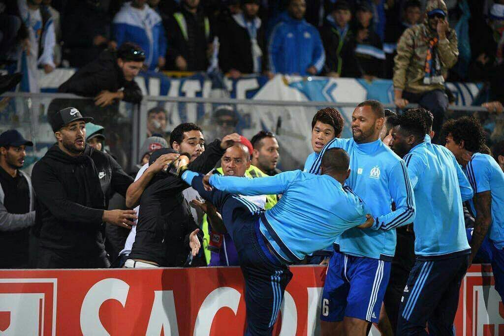بازیکن معروف فوتبال به دلیل درگیری فیزیکی اخراج شد
