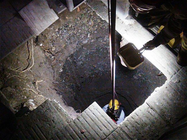 مرگ کارگر جوان پس از ریزش چاه در خیابان انقلاب