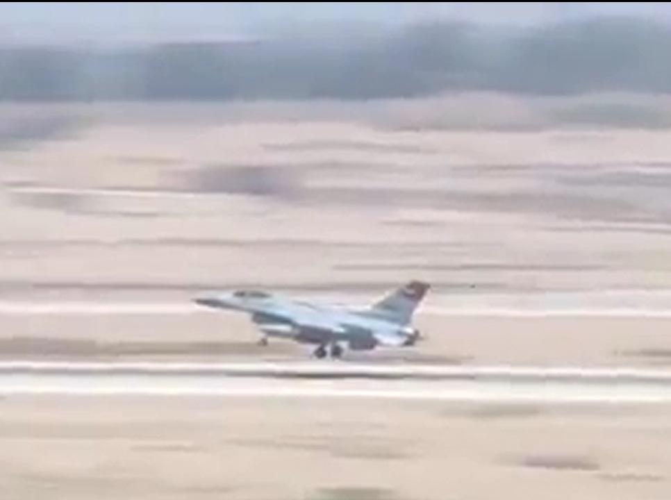 انهدام خودروهای داعش در مرز لیبی توسط جنگنده های مصر+ فیلم