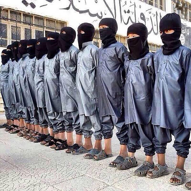داعش چگونه کودکان انتحاری خود را تربیت میکرد: «پرواز از زیر زمین تا بهشت» + عکس و فیلم