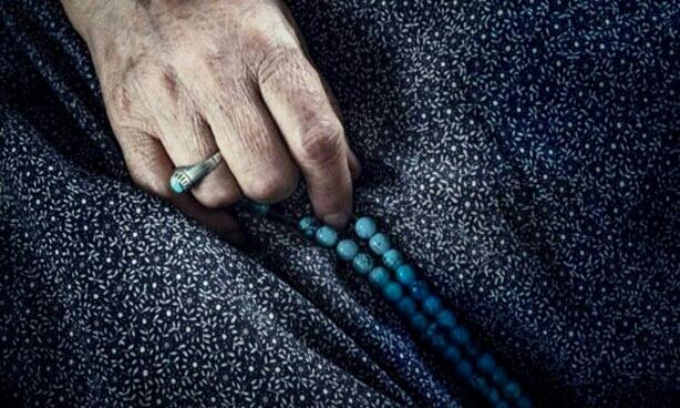 مادربزرگی که سجاده اش میان کابران دست به دست می شود+عکس