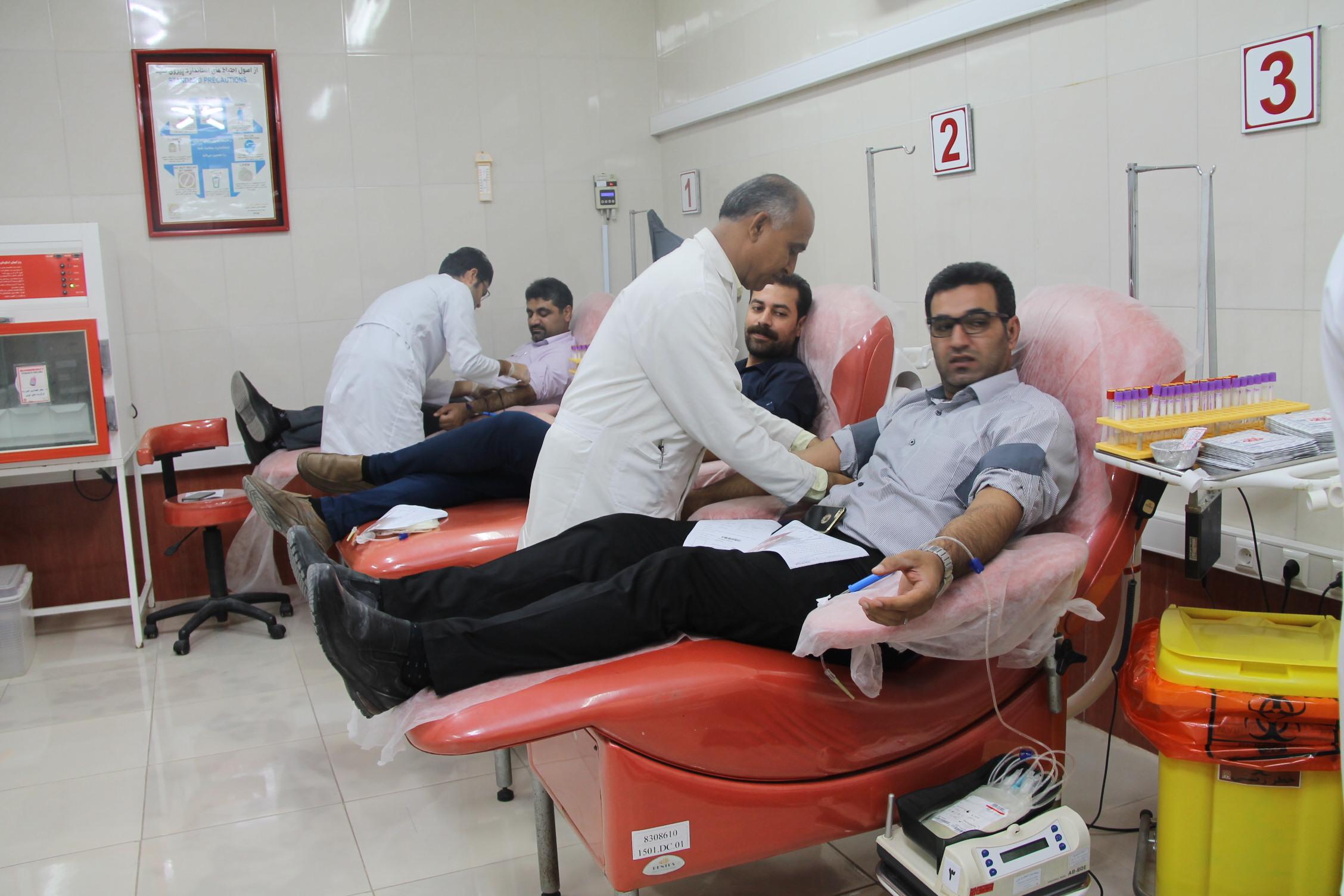 اهدا خون جمعی از کارکنان شرکت ملی نفت چابهاربرای کمک به مردم زلزله زده کرمانشاه