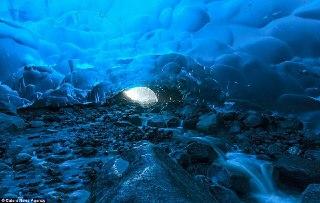 1-تصاویر باورنکردنی از غارهای درحال نابودی در آلاسکا+ تصاویر2- نابودی زیبا و اسرار آمیز ترین غار در آلاسکای کانادا به دلیل این پدیده آب وهوایی3- غاری شگفت انگیز و اسرار آمیز در آلاسکا که در حال آب شدن است+ تصاویر