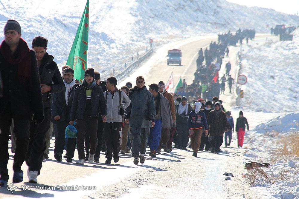 تردد پرحجم زائران پیاده در جادههای منتهی به مشهد