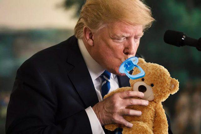 آب خوردن ترامپ سوژه شبکههای اجتماعی شد+تصاویر