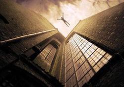 خودکشی پسر جوان از بالای ساختمان پس از مشاهده نیروی امدادی + فیلم