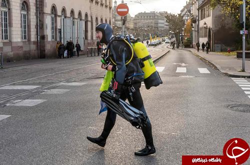 تصاویر روز: از تزئین خودروی فیات با موی طبیعی انسان تا رژه ارابه سواران در پاریس