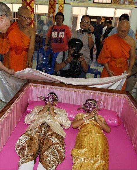 جشن ازدواج تایلندیها در تابوت! +تصاویر
