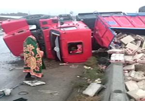 واژگونی کامیون حامل مواد خوراکی در ورودی اسلام آبادغرب+فیلم