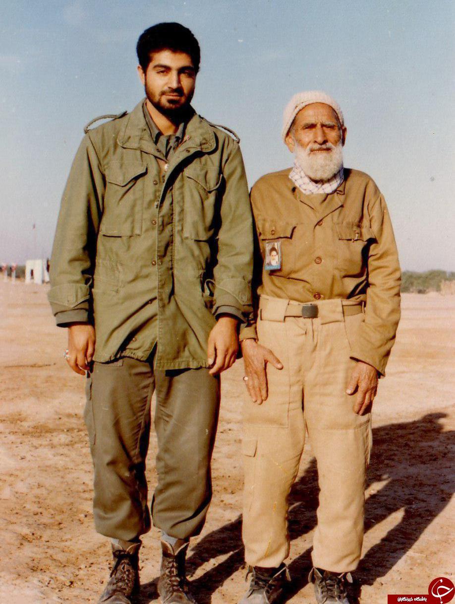تصویری از سردار سلیمانی به همراه پدرش در جیهه
