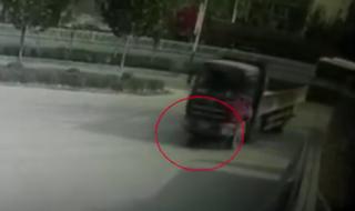 راننده کامیون 10 متر زن جوان را روی زمین کشید+فیلم