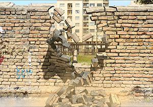 له شدن کارگر ساختمان زیر دیوار حین تخریب یک ساختمان + فیلم