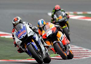 ورزشکاری که در مسابقات موتورسواری، حریفش را به طرز عجیبی روی زمین انداخت + فیلم