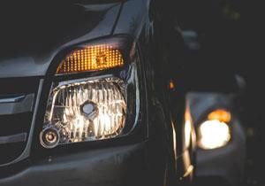 تردد خودروها با چراغ خاموش در تاریکی مطلق + فیلم