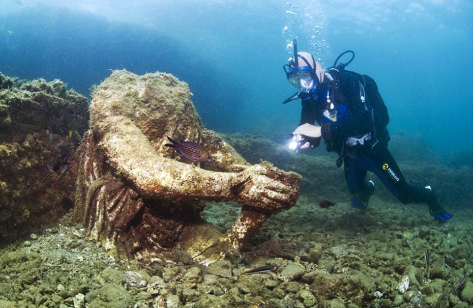 1-گردش غواصان باستان شناس در اطراف شهر غرق شده باستانی رومی+ تصاویر2-تصاویری حیرت انگیز ازمجسمهها و شهر باستانی غرق شده تمدن روم3-تصاویری مهیج از زیباترین شهر دنیای باستان که زیر آب غرق شده است