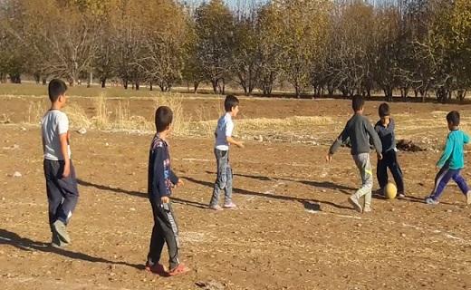 گلایه از وضعیت زمین فوتبال در روستای محمدآباد + فیلم