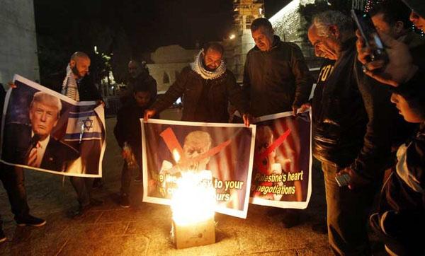 فلسطینیها تصاویر ترامپ را به آتش کشیدند
