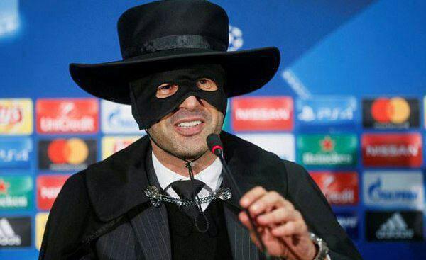 حضور فونسکا با لباس زورو در کنفرانس خبری