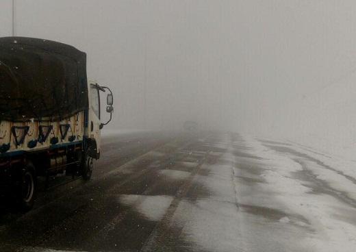 آغاز بارش برف درگردنه زالیان محور اراک - بروجرد
