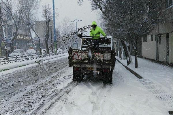 تلاش نیروهای شهرداری برای نمک پاشی و بازگشایی معابر اصلی شهر اردبیل + تصاویر