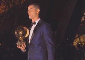 لحظه دریافت توپ طلای سال 2017 توسط کریستیانو رونالدو +فیلم