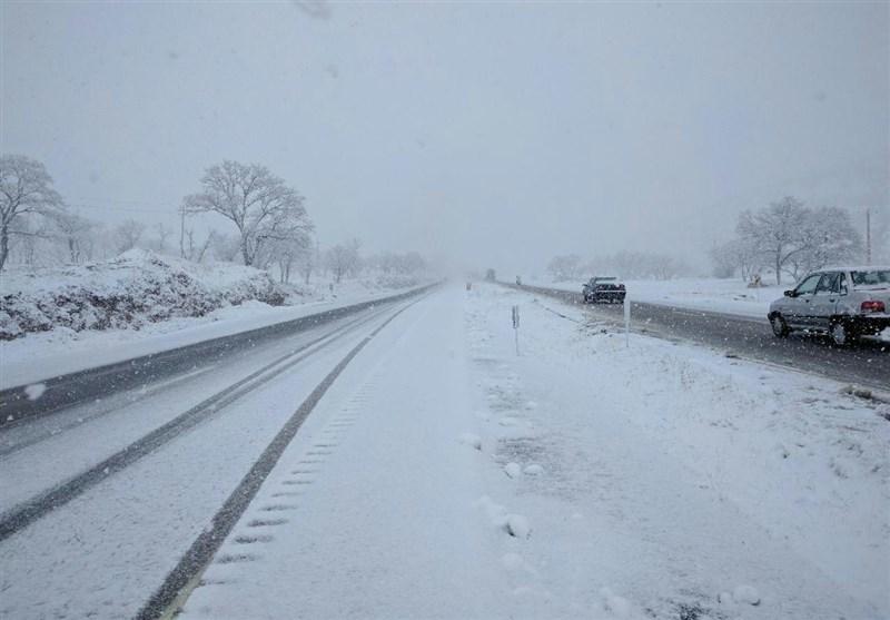 جاده های زنجان در محاصره برف و باران