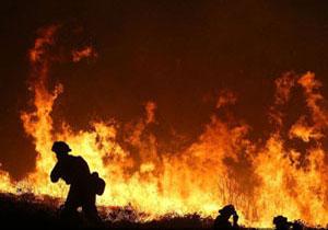 تلاش مسئولان ایالت کالیفرنیا برای مهار آتشسوزی بزرگ در این منطقه