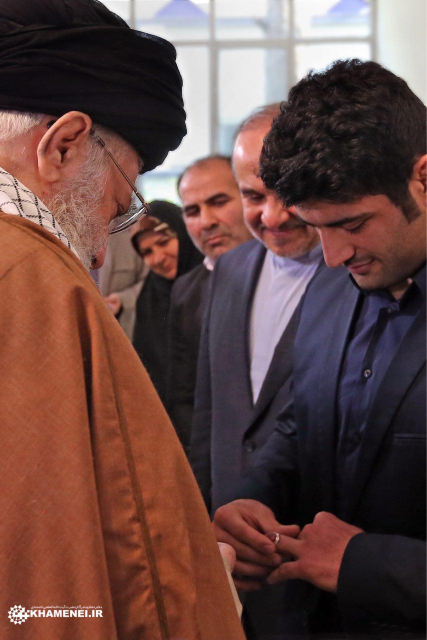 اهدای انگشتر رهبر انقلاب به علیرضا کریمی+ تصویر
