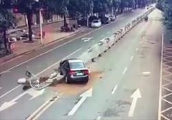 خلق اثر دومینو پس از تصادف خودرو با حفاظ خیابان + فیلم