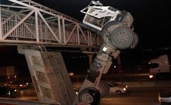 برخورد عجیب کامیون کمپرسی با پل عابر پیاده/ راننده خوششانس از حادثه جان سالم به در برد + فیلم