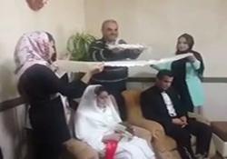 قند ساییدن جواد خیابانی روی سر عروس و داماد در سرپل ذهاب + فیلم