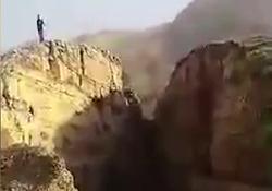 شکاف عجیب کوهها بعد از زلزله روستائیان را شگفتزده کرد! + فیلم