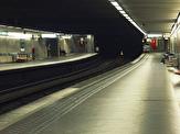 باشگاه خبرنگاران - اقدام هولناک زن دیوانه برای انداختن دختر جوان زیر مترو +فیلم