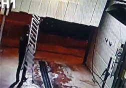 باشگاه خبرنگاران - وقوع حادثهای دردناک برای کارگر شیفت شب کارخانه/ مرگ مرد جوان در 5 ثانیه! + فیلم